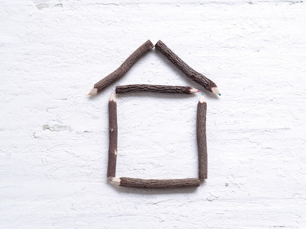 Kolorowe kredki wykonane z drewna naturalnego jako kształt domu