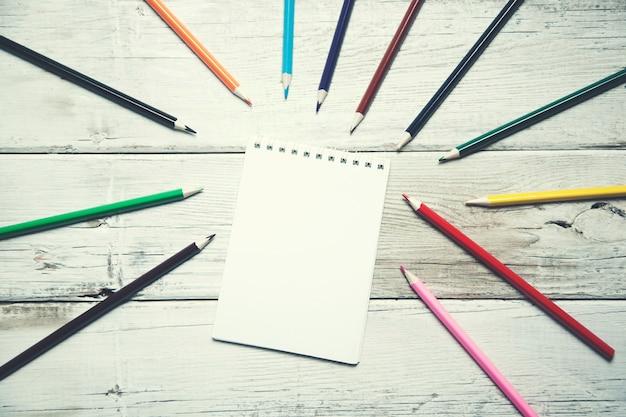 Kolorowe kredki z notatnikiem