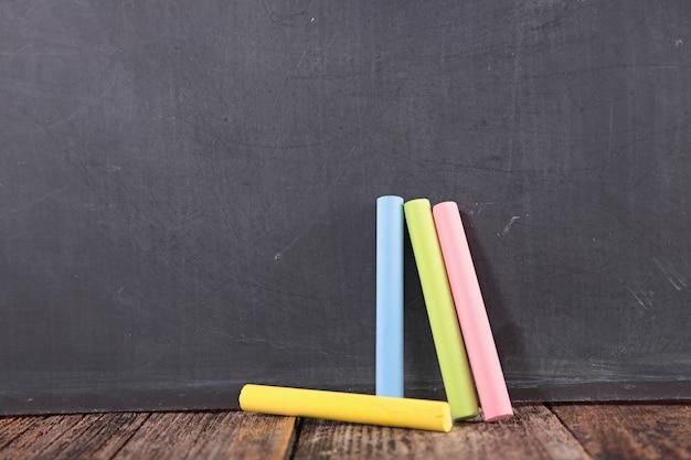 Kolorowe kredy i motyw w klasie tablicy