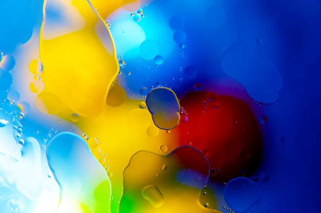 Kolorowe krople oleju w płynie na szkle. abstrakcja tekstury powierzchni