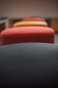 Kolorowe krzesła z bliska