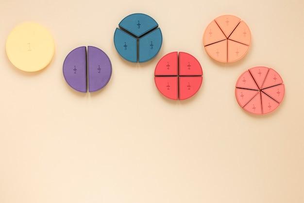 Kolorowe kształty geometryczne z ułamkami matematycznymi