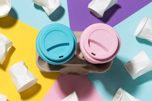 Kolorowe kubki wielokrotnego użytku z plastikowymi kubkami