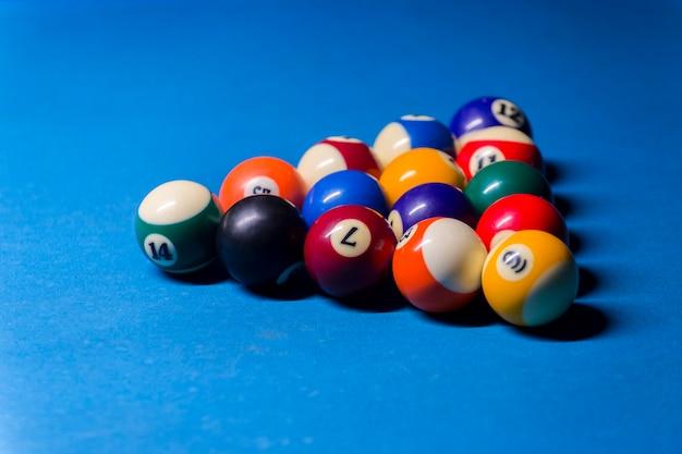 Kolorowe kule bilardowe. kula bilardowa na niebieskim stole