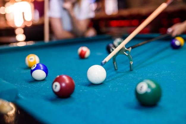 Kolorowe kule bilardowe na stole w pubie zdjęcie makro. koncepcja hazardowa
