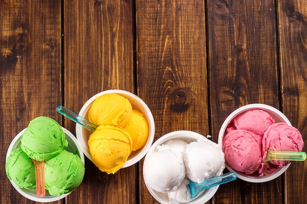 Kolorowe kulki lodów w kubkach.