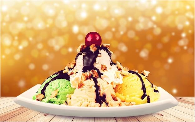 Kolorowe kulki lodowe z wiśnią i czekoladą