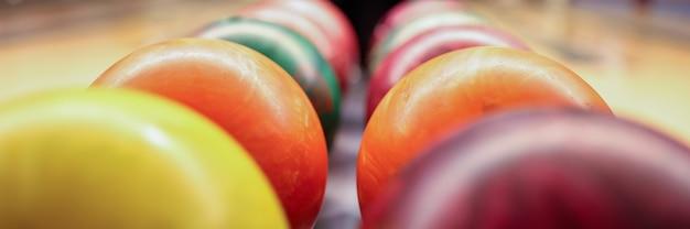 Kolorowe kulki na stojaku w kręgielni zbliżenie