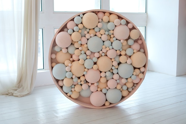 Kolorowe kulki. różowe i niebieskie bąbelki. dekoracje ślubne. koncepcja wystroju wakacje.