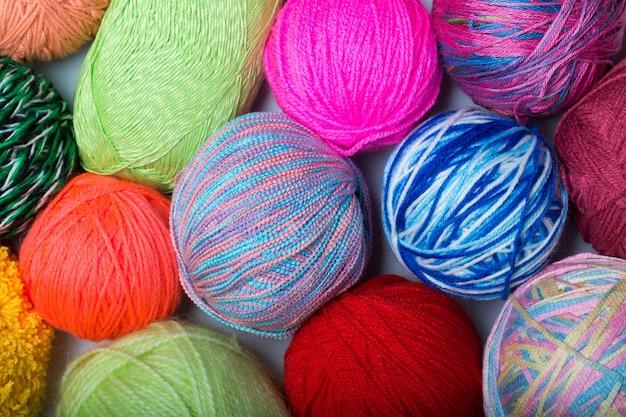 Kolorowe kulki z przędzy. widok z góry. kolory tęczy. wszystkie kolory. przędza do dziania. motki z przędzy.