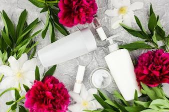 Kolorowe kwiaty i skład butelek kosmetycznych