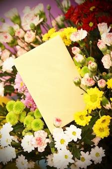 Kolorowe kwiaty z pustą kartą podarunkową
