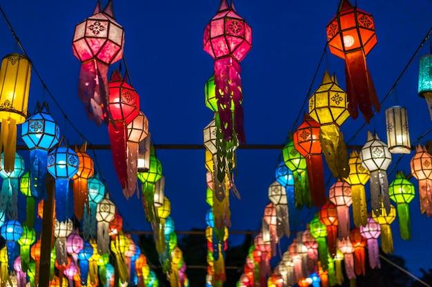 Kolorowe lampiony lub lampy w podróży w nocy.