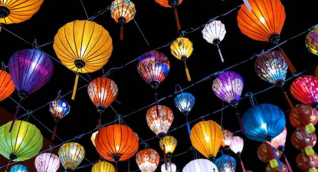 Kolorowe lampiony podczas festiwalu latarni, dekoracje chińskiego nowego roku.
