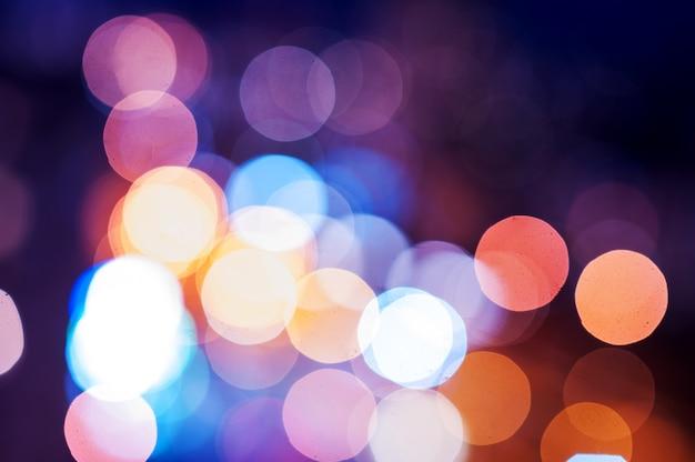 Kolorowe lampki choinkowe z efektem bokeh