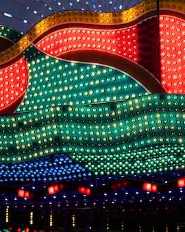 Kolorowe lampy retro w wesołym miasteczku