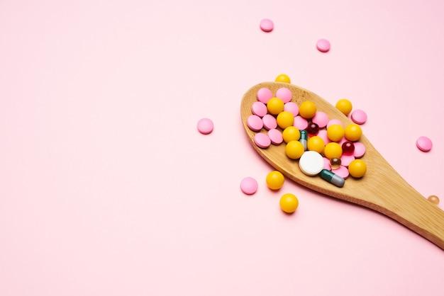 Kolorowe lekarstwo wszy różowe tło lekarstwo przeciwbólowe leki