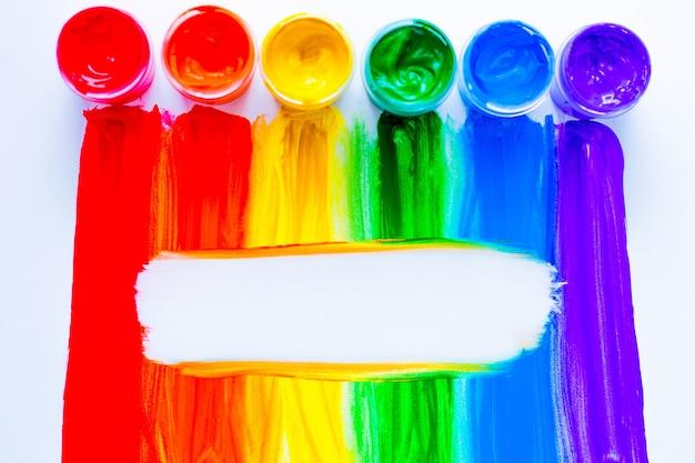Kolorowe linie rysowane pionowo farbą w formie tęczy z białym miejscem na tekst w t...