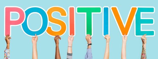 Kolorowe litery tworzące słowo pozytywne