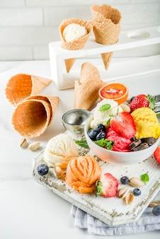 Kolorowe lody owocowe i jagodowe