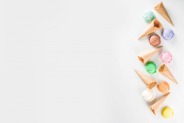 Kolorowe lody pastelowe z rożkami waflowymi