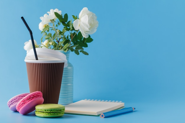 Kolorowe makaroniki i filiżanka kawy