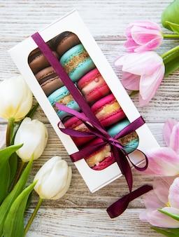 Kolorowe makaroniki i tulipany
