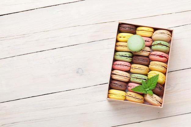 Kolorowe makaroniki w pudełku prezentowym