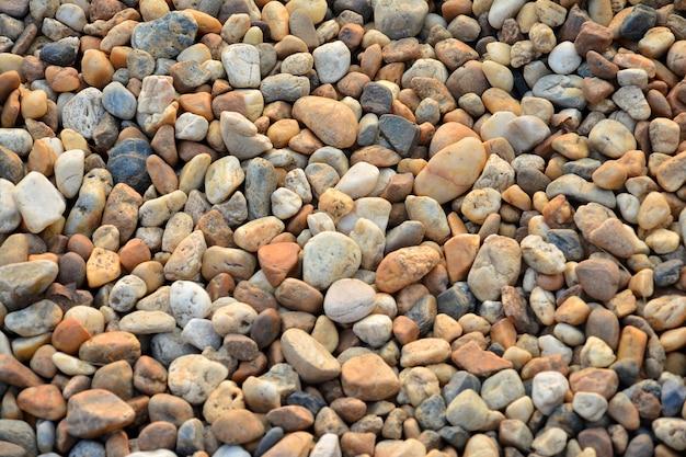 Kolorowe małe kamyki lub kamień w ogrodzie