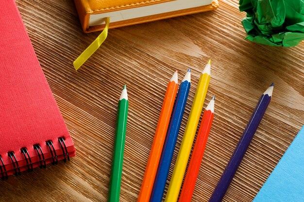 Kolorowe markery i ołówki, rysunek pad na drewnianym stole. kreatywność dzieci, edukacja szkolna i przedszkolna.