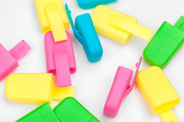 Kolorowe markery na białym tle