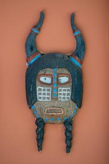 Kolorowe maski afrykańskie na kamiennej ścianie