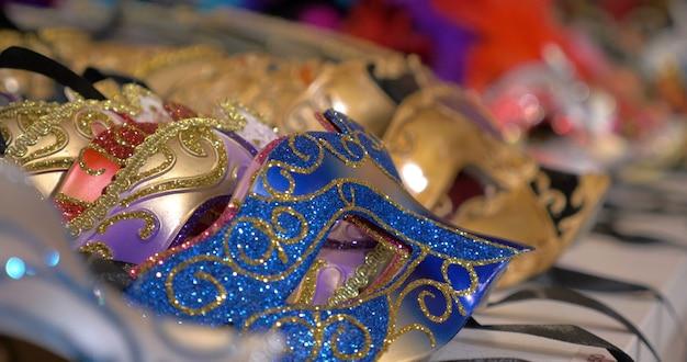Kolorowe maski weneckie na ladzie sklepowej