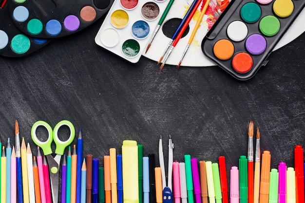 Kolorowe materiały piśmienne na ciemnym tle