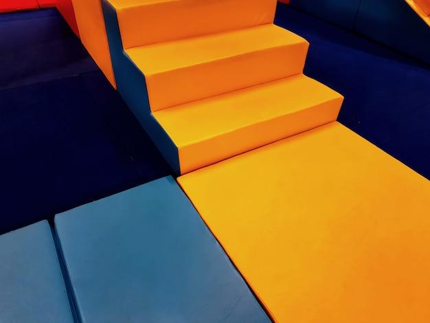 Kolorowe miękkie maty i bloki na placu zabaw dla dzieci