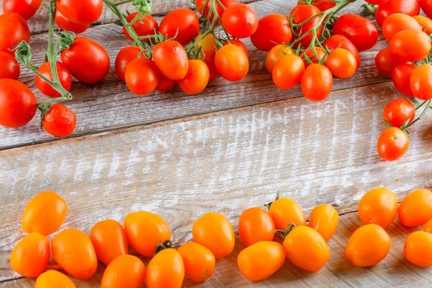 Kolorowe mini pomidory na drewnianym stole. widok pod dużym kątem.
