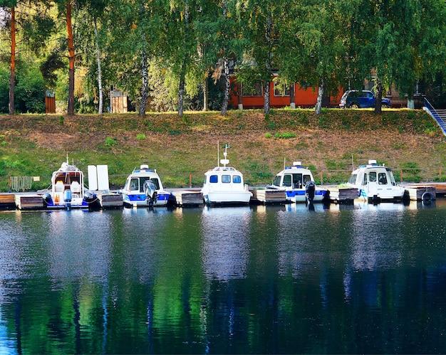 Kolorowe molo łodzi na tle jesiennego parku
