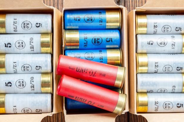 Kolorowe naboje kalibru 12 mm, łuski myśliwskie w pudełku z bliska