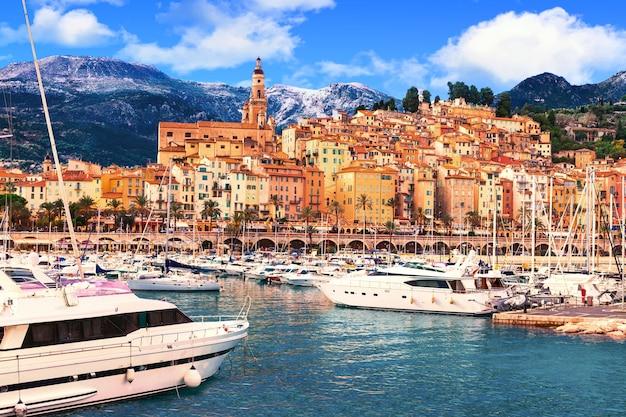 Kolorowe nadmorskie miasteczko menton, wakacje na południu francji
