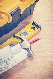 Kolorowe narzędzia budowlane na pokładzie