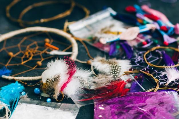 Kolorowe narzędzia dreamcatcher na stole