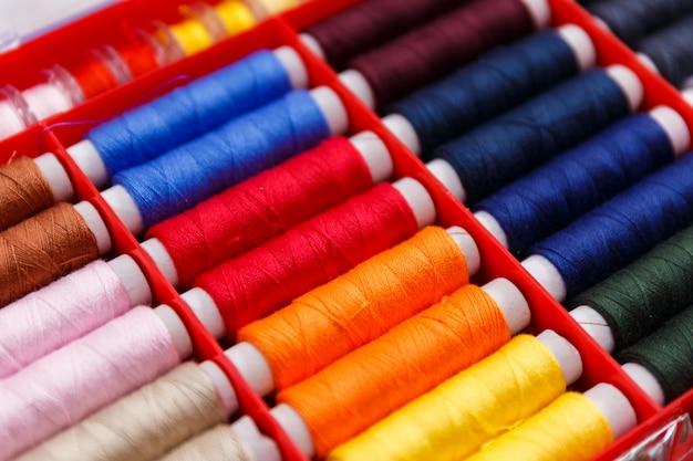 Kolorowe narzędzia i przedmioty do szycia i krawiectwa