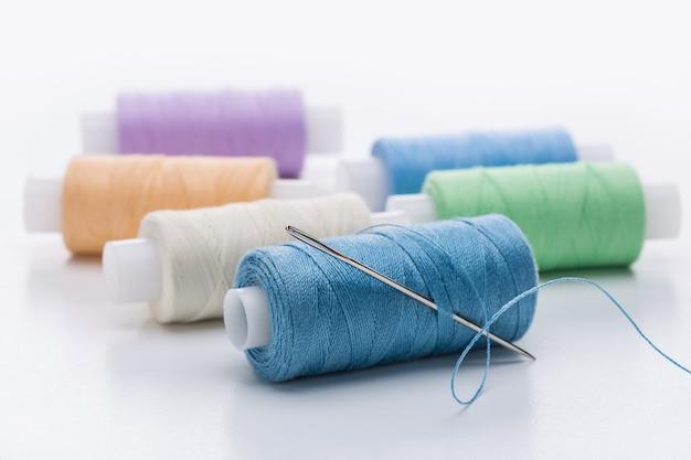 Kolorowe nici do robótek ręcznych.