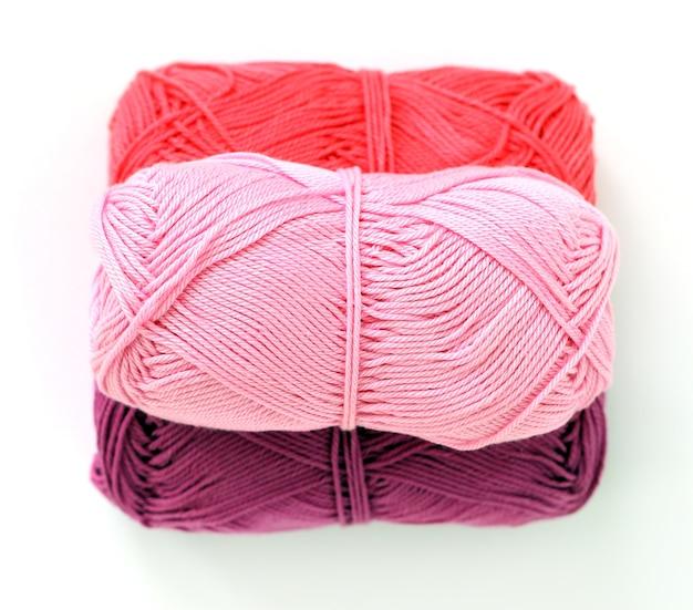 Kolorowe nici na białej powierzchni