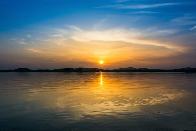 Kolorowe niebo o zachodzie słońca na jeziorze