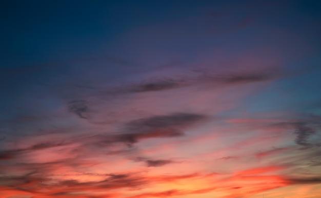 Kolorowe niebo z chmurami o zachodzie słońca. dramatyczne wieczorne niebo. naturalne tło