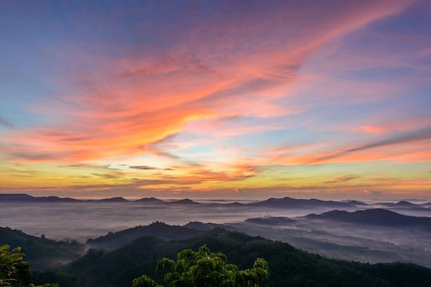 Kolorowe niebo z górami w hatyai, tajlandia