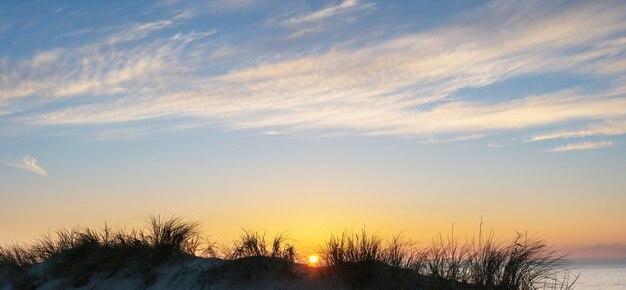 Kolorowe niebo zachód słońca nad morzem bałtyckim, rosja