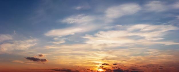 Kolorowe niebo zachód słońca z pięknymi chmurami