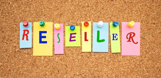 Kolorowe notatki z literami przypiętymi na tablicy. sprzedawca słowa